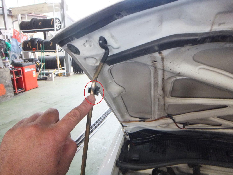 大町市・白馬村・安曇野 有 矢口自動車修理工場 ボンネット支持棒の数百円の固定クランプ 数万円の出費となります