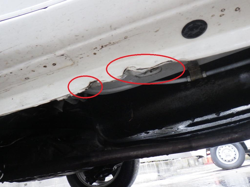 大町市・白馬村・安曇野 |(有) 矢口自動車修理工場 - 一部の新車のリフトアップポイントは変形します。特に腐食や荷物のある場合ボデーまで変形する場合があります